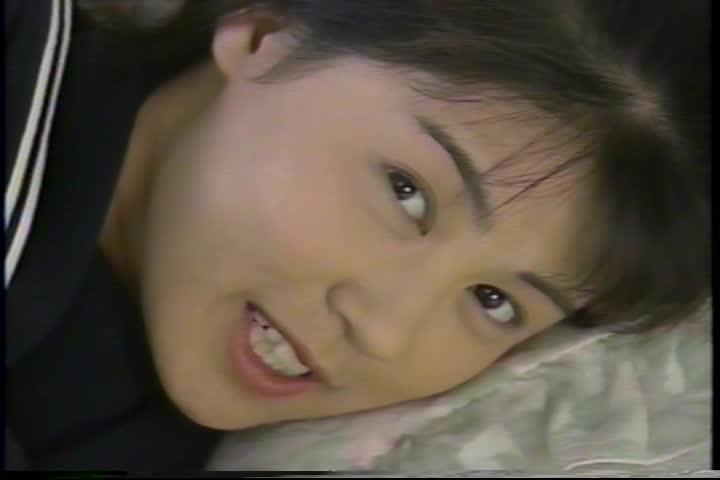 美少女が制服を少しずつ脱いでいくイメージビデオ 織田奈緒美