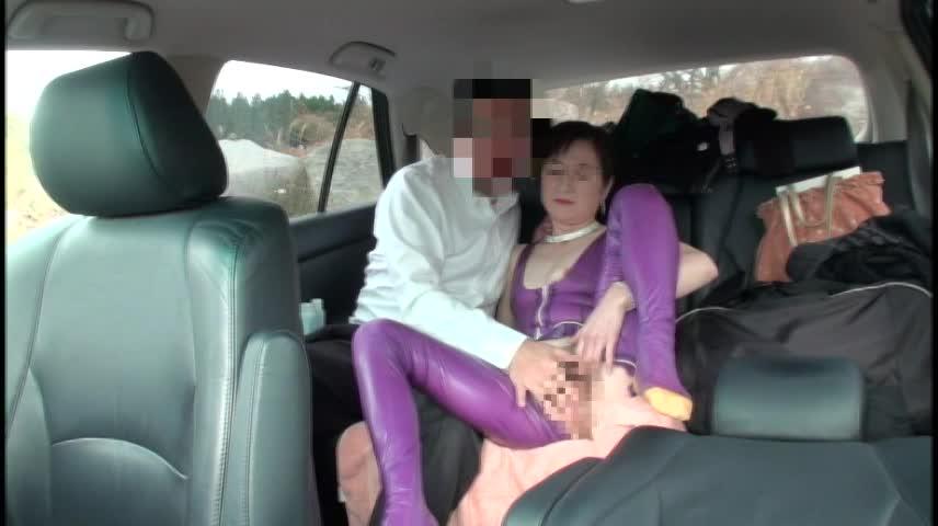 夫婦生活投稿動画 美熟女がキャットスーツを着用し野外セックス