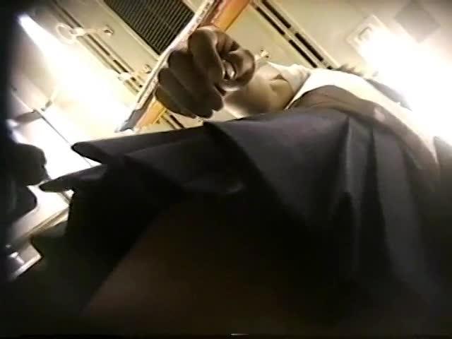 【パンチラ盗撮動画】駅構内で目を付けた制服JKに無断同行してパンティを逆さ撮りする変質男がネット上に公開!