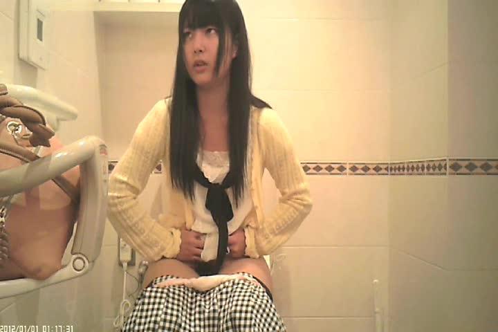 洋式トイレで可愛い女の子がうんこしてる最中の顔を正面カメラで隠し撮り...