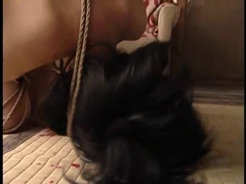 顔面拘束具で呻く宙吊り緊縛の奴隷M女